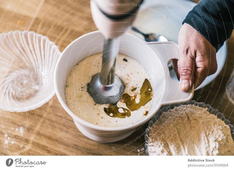 Frau mischt Zutaten für Gebäck Mixer Bestandteil Hausfrau backen selbstgemacht Teigwaren Küche vorbereiten Koch mischen Rezept Lebensmittel heimwärts Erdöl Mehl