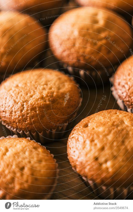 Verzehrfertig gebackene Muffins lecker Konditor Koch Muffin-Gehäuse selbstgemacht Küche geschmackvoll Tisch Dessert Bäckerei Produkt Papier Muffin-Einlage