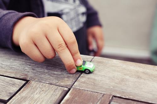 mein Sohn spielt mit seinem Lieblingsauto, dem Mikrogerät, das mir gehörte, einem Evergreen Lächeln heimwärts lieblich Baby spielerisch Fröhlichkeit