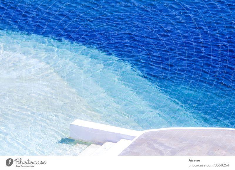 Schritt für Schritt zum Badespaß Schwimmbad Schwimmen & Baden blau türkis Treppe Wasser sommerlich Sommer Sommerurlaub hell-blau Wellness Freibad Muster