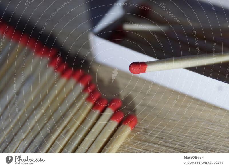 Rote Streichhölzer rote Streichhölzer Streichholz Feuer Holz Streichholzschachtel hölzern brennbar Gefahr erwärmen Makro anzünden Licht Brennholz Stöckchen