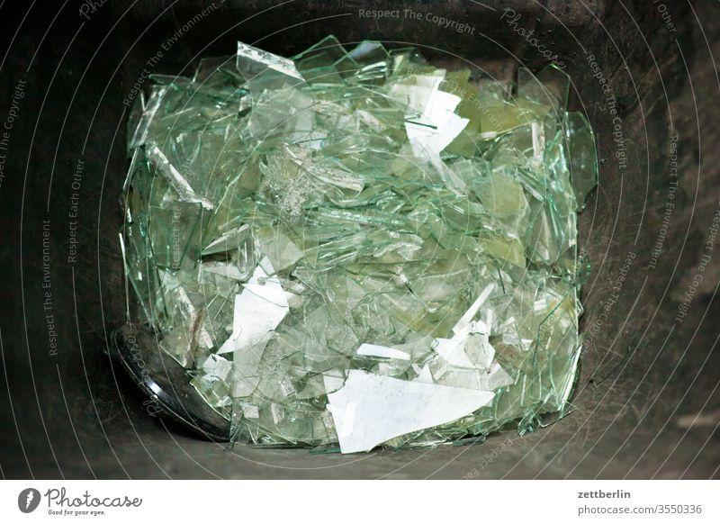 Glasbruch bauschutt glas glasscherbe glasscherben müll mülltonne sondermüll stadt szene urban splitter glassplitter
