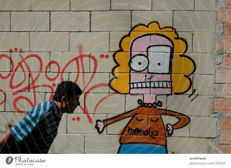 Begegnung Mann Barcelona Wand Grafitti Karren ziehen gesprayt Beton Stein Sprayer