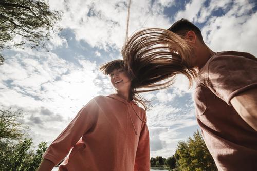 verrücktes junges Paar, das sich im Freien emotional amüsiert, küsst und umarmt. Liebe und Zärtlichkeit, Romantik, Familie, Emotionen, Spaß. zusammen Spaß haben