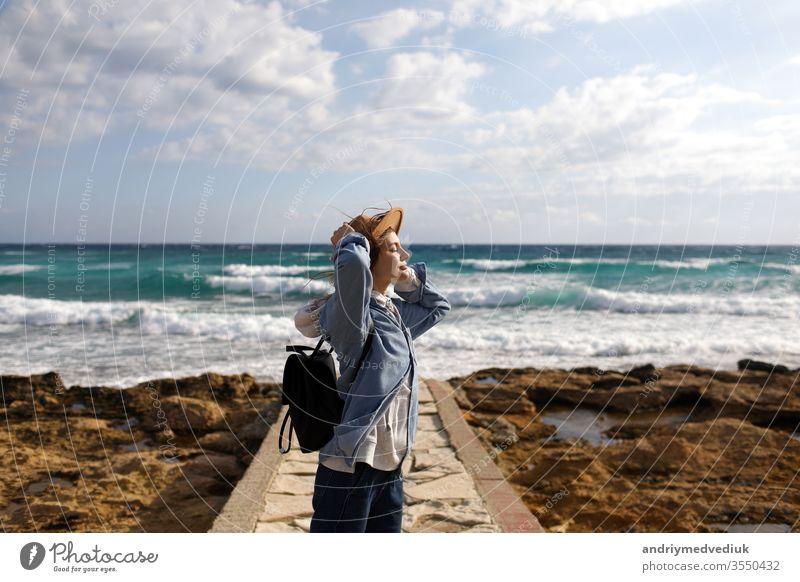 weibliche Reisende, die einen Meeresblick bewundert. Tourismus in Zypern. Touristin mit Meereshintergrund. Mädchen reist an den Stränden. junge schöne Hipster-Frau am tropischen Strand, Sommerurlaub, glücklich, Spaß,