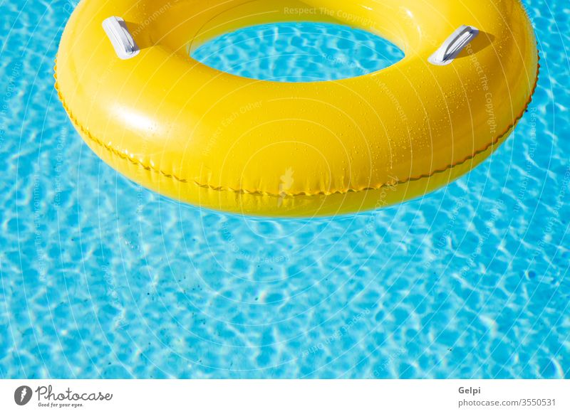 Gelber großer Schwimmer auf Pool Resort blau Wasser gelb niemand Ring Spaß schwimmen aufblasbar tropisch reisen Sommer Hotel leer Gummi winken Raum Sonne