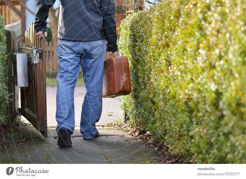 Beginn einer Reise | Vorfreude aufbrechen abreisen Urlaub Mann Mensch gehen Gartentor verlassen Koffer Geschäftsreise Urlaubsreise allein einzeln