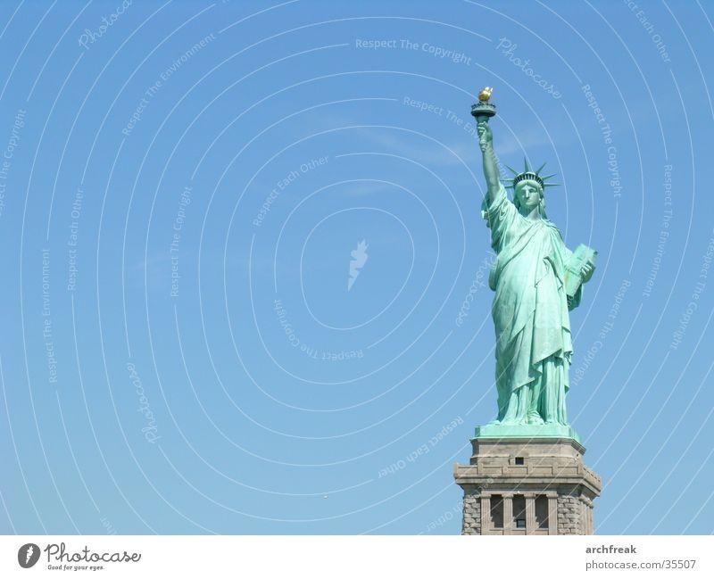 Statue of Liberty Freiheit USA Denkmal New York City Blauer Himmel monumental Freiheitsstatue Gerechtigkeit Wolkenloser Himmel demokratisch Symbolismus Klarer Himmel