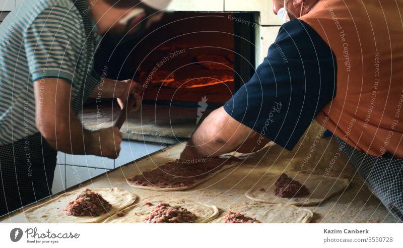 Zwei männliche Bäcker bereiten im Ramadan traditionelle türkische Pita zu und erhitzen sie Bäckerei Koch Lebensmittel Mahlzeit lecker geschmackvoll Truthahn