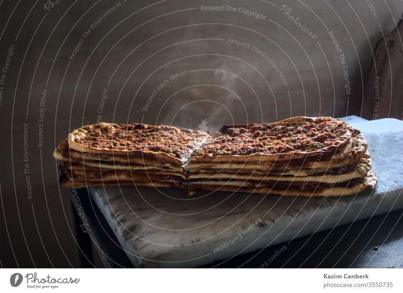 Köstlich würziger und dampfender Stapel traditioneller türkischer Pitas frisch aus dem Ofen Ramadan Bäcker Bäckerei Koch Fleisch zerkleinern Lebensmittel
