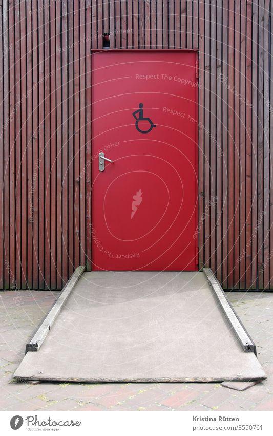 improvisierte rampe zur behindertentoilette behindertengerecht rollstuhlfahrer klo wc waschraum behinderung zugang erreichbar zeichen symbol icon architektur