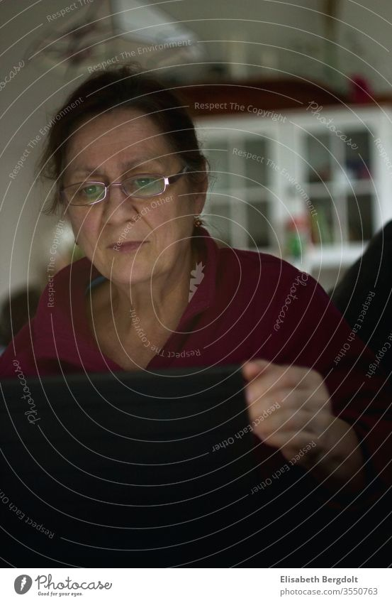 Frau sitzt am Laptop ältere Dame ältere Frau arbeiten am laptop am laptop sitzen