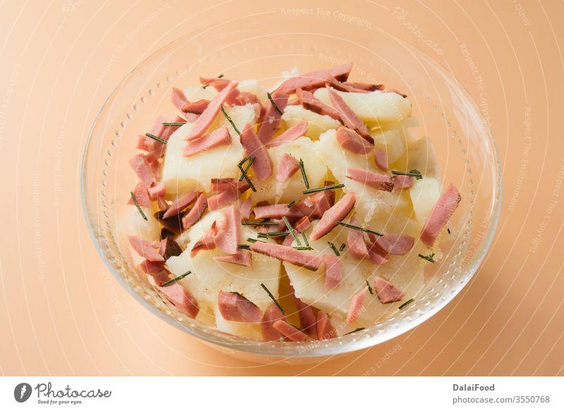 Kartoffelsalat typischer Salat in Deutschland von Kartoffeln Schalen & Schüsseln brauner Hintergrund Abendessen Lebensmittel kartoffelsalat Salatbeilage