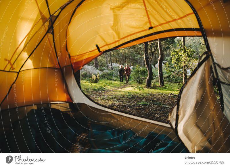 Fit Abenteuer erwachsenen Paar Wandern und Camping im Wald zusammen Zelt Campingausflug sonnig offen Familie Reisende Sport Kaukasier Wälder lässig Rucksack