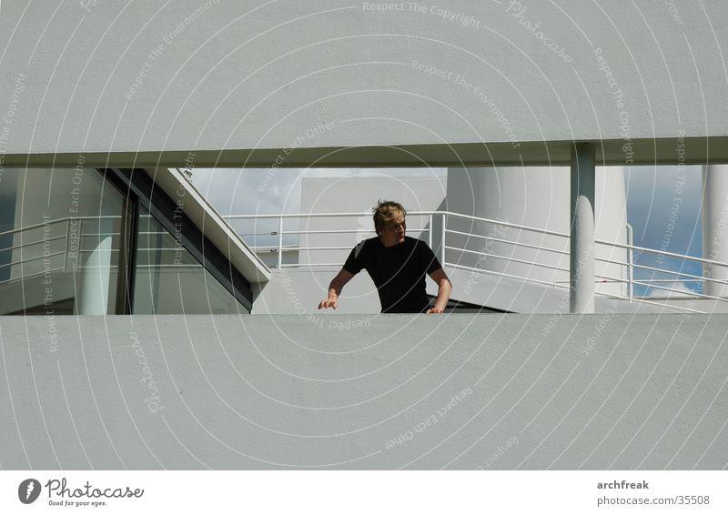 Auf der Flucht vor Le Corbusier Paris Mann Fassade Fenster le corbusier villa savoye poissy weisse moderne hektisch Schatten Sonne Architektur