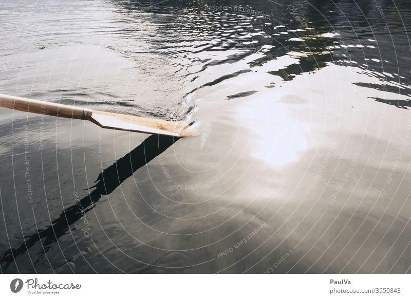 Holz Ruder im Wasser Holzruder bootfahren rudern Boot Natur See Meer Fluss Bach Teich ruderboot Fuhr Zille stacken Ruderboot Rudern ruhig salzkammergut
