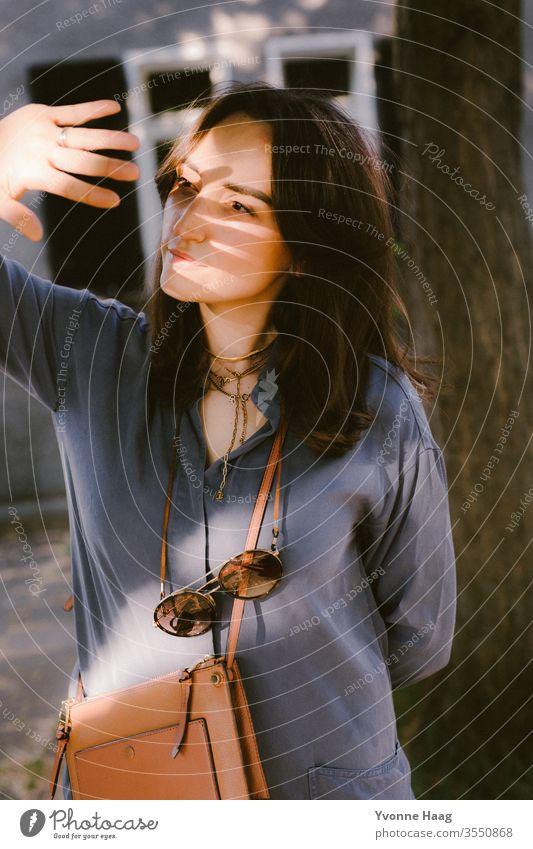 Schattenspiel im Frauengesicht Stadtzentrum Sommer glücklich glückliches gesicht fröhlich lachen lachend urban Paris charmant Altbauwohnung Schattenseite