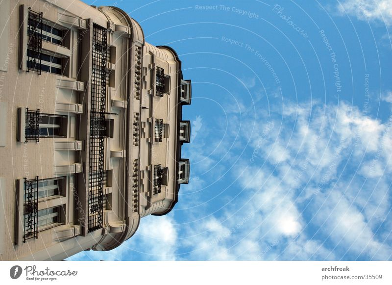 Bürgerliche Träume in Paris Wolken Fassade Stuck Balkon Architektur Himmel Perspektive