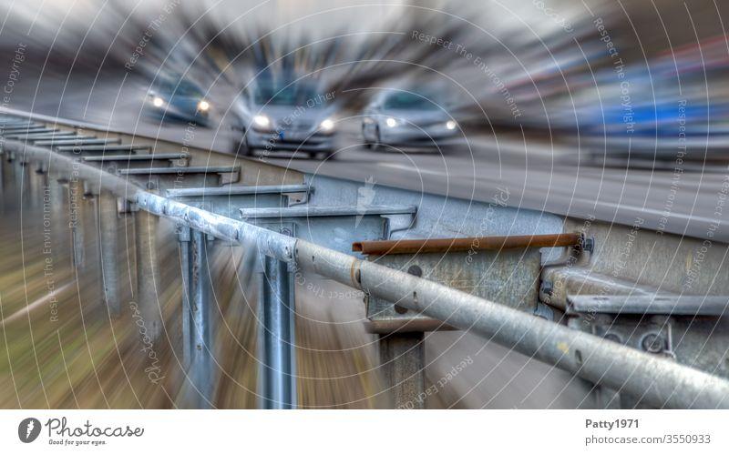 Leitplanke an der Autobahn mit Autos im Hintergrund durch Zoomeffekt verzerrt Gefahr Straße Verkehr PKW Ferien & Urlaub & Reisen Bewegungsunschärfe Autofahren