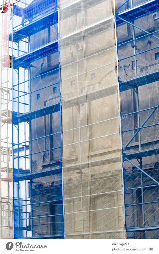 Blau-weiße Verhüllung Gerüst Tag Nahaufnahme Außenaufnahme mehrfarbig Farbfoto Menschenleer Erneuerung Baustelle blau-weiß Netz Häusliches Leben