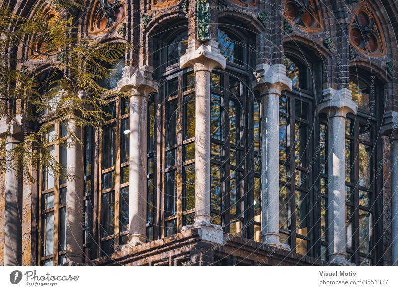 Modernistischer geschlossener Balkon des Golferichs-Hauses in Barcelona Golferichs Haus Ornament alt Gebäude Baum Ast sonnig Spalte Fenster Spanien Eckstoß