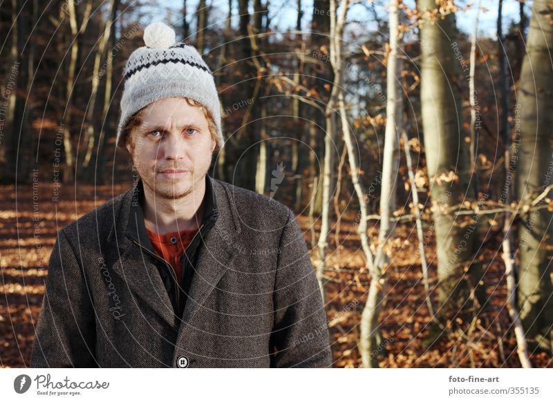 Mann im Wald maskulin Erwachsene 1 Mensch 30-45 Jahre Herbst Baum Mütze blond lustig verrückt dumm skurril Mantel Farbfoto Außenaufnahme Textfreiraum rechts Tag