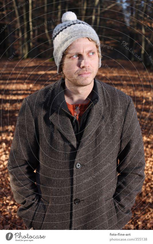 Mann im Wald Mensch Jugendliche Blatt Erwachsene Junger Mann 18-30 Jahre Park maskulin blond verrückt Mütze skurril dumm Mantel
