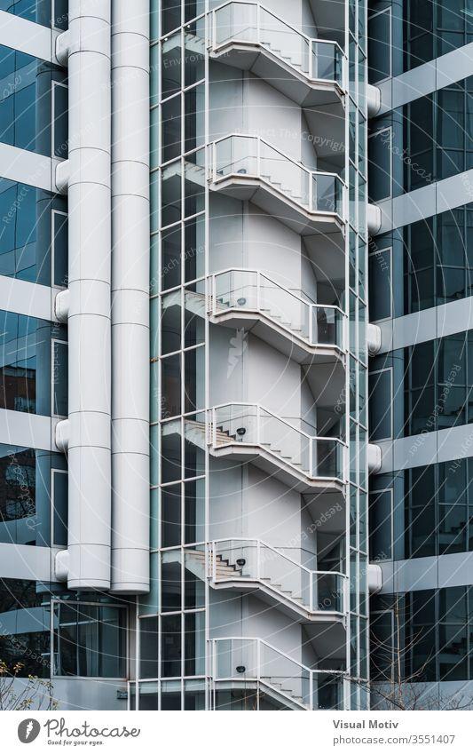Außentreppe und Glasfassade eines Bürogebäudes Gebäude Fassade Fenster Architektur architektonisch urban Metropolitan konstruiert Struktur geometrisch Formen