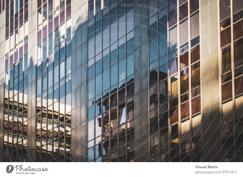 Glasfenster eines Bürogebäudes Zeitgenosse Finanzen Business wirtschaftlich abstrakt organisiert Großstadt modern Architektur Geschäftsgebäude Winkel Licht