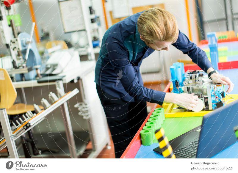 Ingenieur in der Fabrik Maschinenbau Laptop gutaussehend Techniker Aktivität Erwachsener Werkzeuge Elektrizität mechanisch Menschen Vorgesetzter