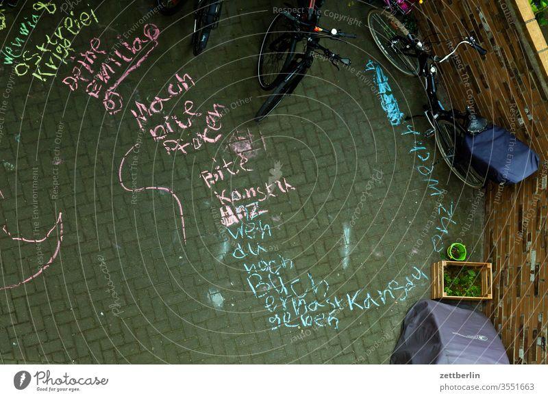 Botschaft von Emilia altbau außen botschaft ferien haus hinterhaus hinterhof innenhof innenstadt kinderschrift kinderzeichnung kreidemalerei kreidezeichnung