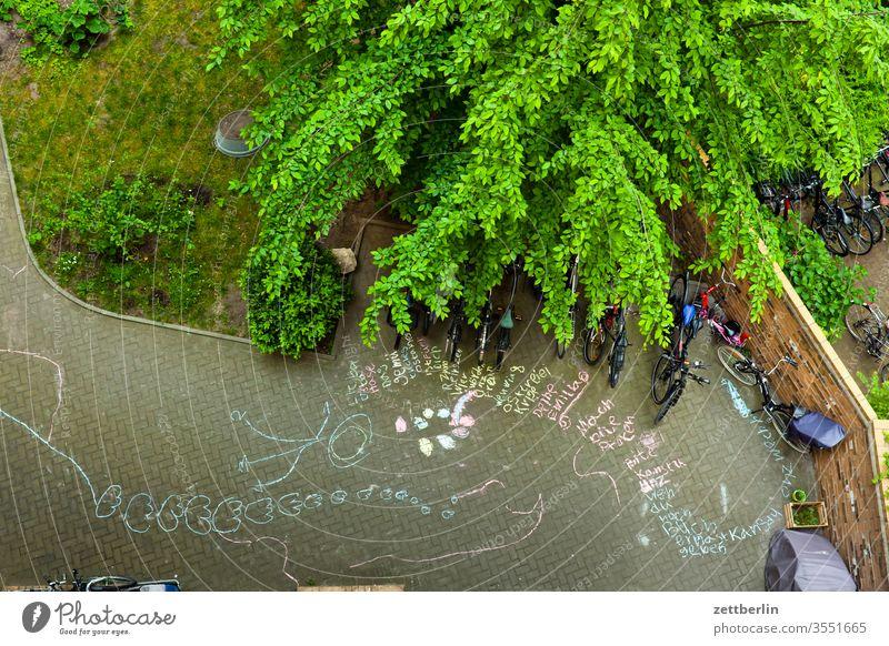 Ferien im Hinterhaus außen kreidezeichnung kreidemalerei pflastermalerei botschaft ferien vogelperspektive hinterhaus hinterhof innenhof innenstadt