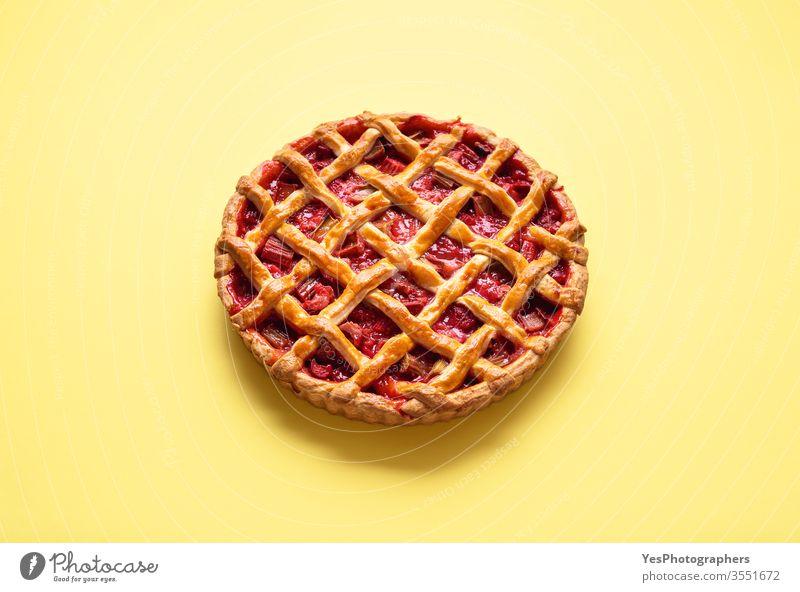 Erdbeer-Rhabarber-Kuchen mit Gitterkruste. Dessert mit Früchten gebacken Bäckerei farbenfroh Textfreiraum Küche lecker Englisch Obstkuchen Füllung von Früchten