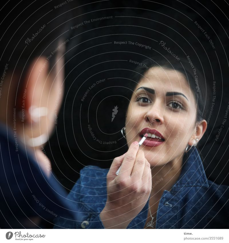 Estila frau lippenstift schminken jacke spiegel spiegelbild schmuck ohrringe feminin weiblich dunkelhaarig blick gesicht