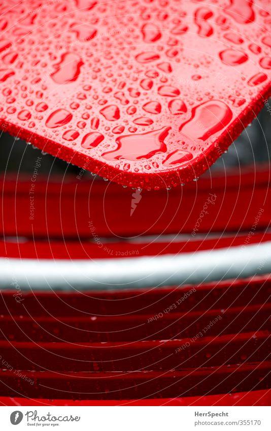 Erfrischung wär schön jetzt Wasser rot kalt Farbstoff Regen Wetter glänzend nass Tisch Wassertropfen Stuhl Regenwasser Café Tischplatte lackiert Straßencafé