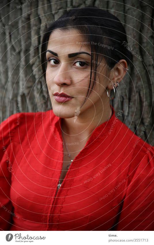 Estila | Lieblingsmensch dunkelhaarig zopf langhaarig kleid beobachten schauen feminin frau wald baum natur schön konzentration rot ohrring schmuck