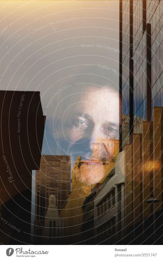 erwachsener Mann durch Coronavirus ans Haus gefesselt covid-19 Himmel Verdunstung dampfend Fenster im Innenbereich regnet gesperrt traurig Traurigkeit blau