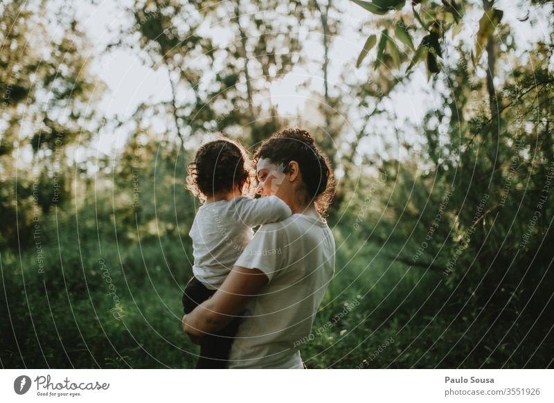 Mutter im Besitz der Tochter Mutterschaft Kind Zusammensein Zusammengehörigkeitsgefühl Liebe Familie & Verwandtschaft Eltern Fröhlichkeit Mädchen Kindheit