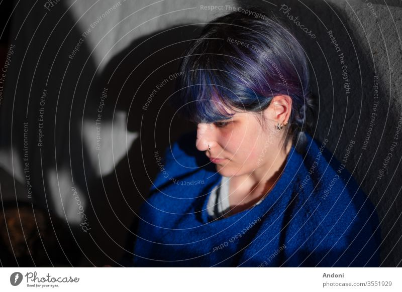 Alternatives Mädchen mit Laptop traumhaft Arbeit jung Person Frau kreativ Mitteilung Tattoo Computer attraktiv Tablette alternativ Design elektronisch Gerät