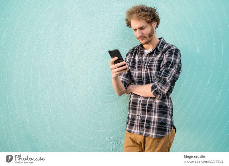 Ein Mann, der sein Handy benutzt. Mobile Telefon Person Erwachsener männlich Typ jung Menschen gutaussehend Glück Zelle Anruf Technik & Technologie lässig