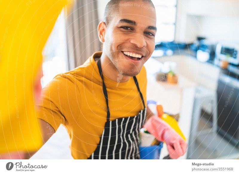Lateinamerikanischer Mann putzt neues Haus. abschließen Sauberkeit Dienst Raumpfleger Haushaltsführung Hand Mikrofaser modern Reinigungsmittel Appartement