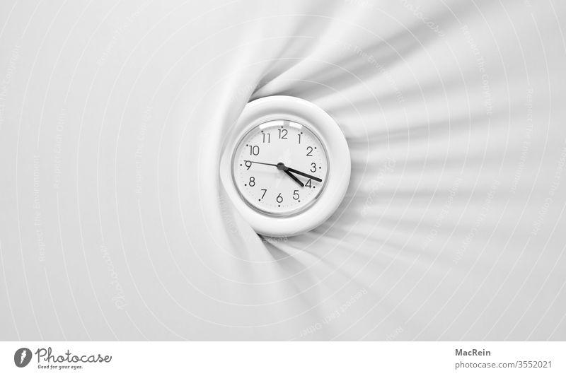 Uhr auf einem Betttuch uhr wecker wecken uhrzeiger uhrzeit chronometer minute minuten sekunde sekunden stunde stunden zeitansage morgens betttuch falten