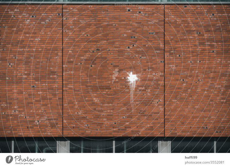 weißer Farbfleck an der Wand Farbbeutel Kunst Fleck Punkt Aufgeplatzt aufplatzen werfen abstrakt Strukturen & Formen Kreis