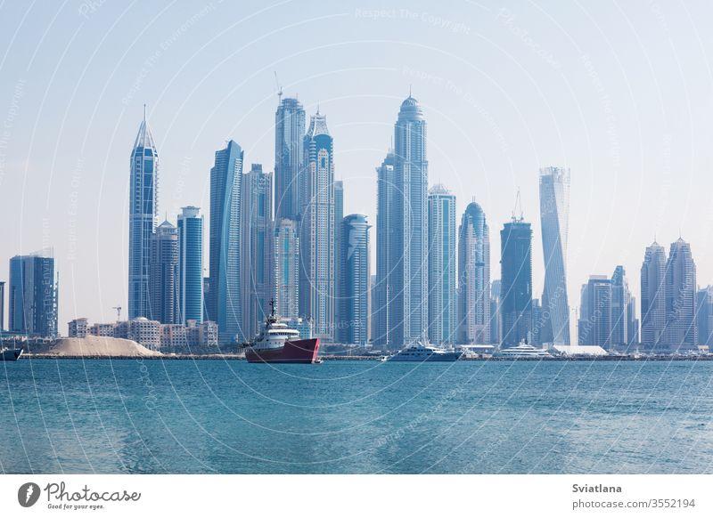 Schöne Aussicht auf die Wolkenkratzer in Dubai im Morgengrauen. VEREINIGTE ARABISCHE EMIRATE jbr Insel mit blauen Gewässern arabisch Architektur Hintergrund