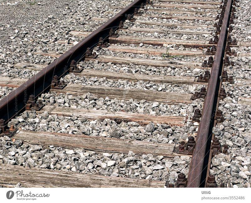 Eisenbahngleise - Alte, rostige Eisenbahnschienen. Schienen Gleise Schienenstrang Transport Verkehr Infrastruktur gerade Linien Paar parallel Schwellen Holz