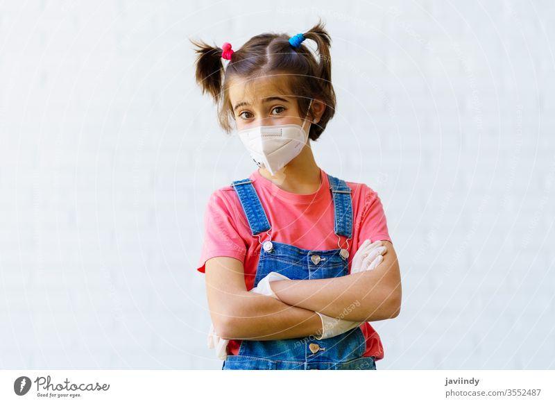 Mädchen mit einer Schutzmaske gegen Coronavirus während der Covid-19-Pandemie Mundschutz kn95 covid-19 Kaukasier Kinder Virus Sicherheit krank behüten Frau