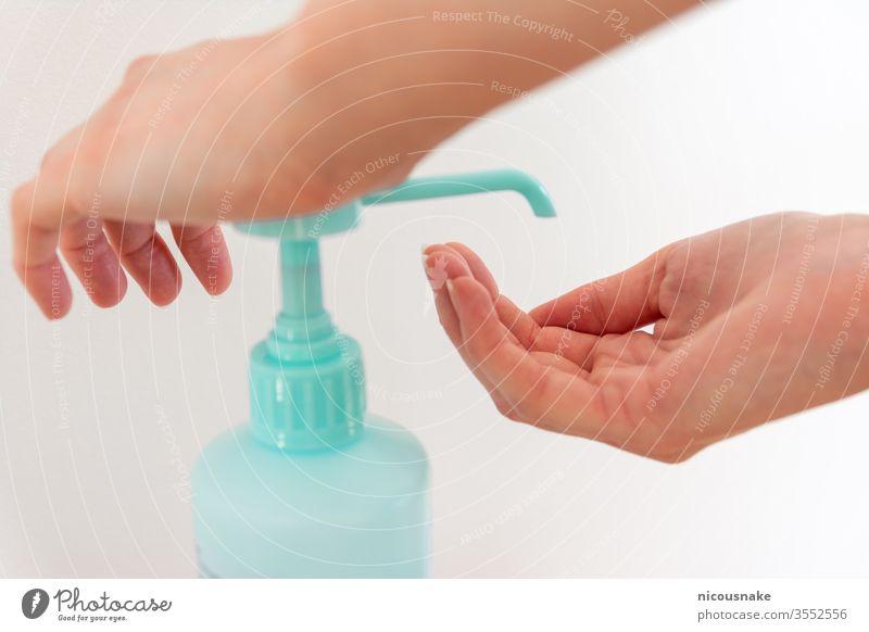 Frau wäscht Hände mit Händedesinfektionsmittel Alkohol antibakteriell zur Vorbeugung gegen Keime und Bakterien und zur Vermeidung von Coronavirusinfektionen
