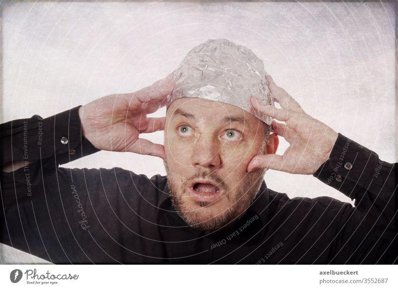 Verschwörungstheoretiker und Aluhutträger Verschwörungstheorie Angst lustig Panik skurril Mann 5g elektromagnetische strahlung gedankenkontrolle verrückt