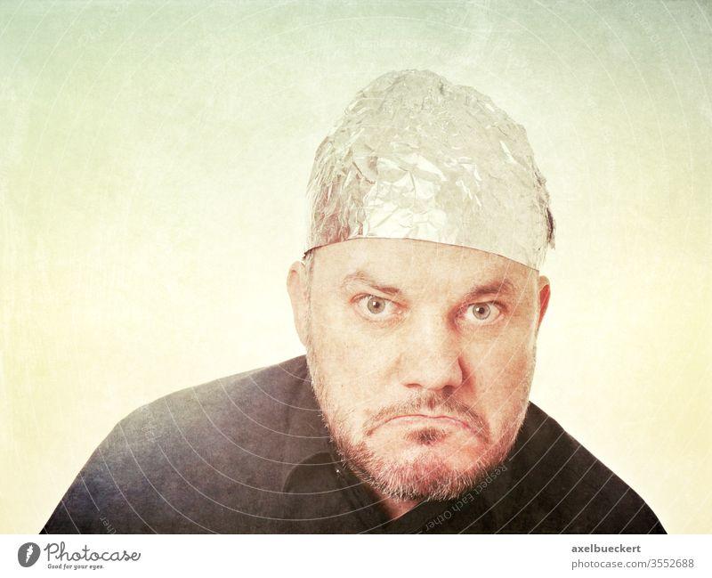 Wutbürger mit Aluhut Aluhutträger Verschwörungstheorie wütend skeptisch Schlechte Laune Alufolie Hut Schutz gedankenkontrolle Paranoid Paranoia Kappe