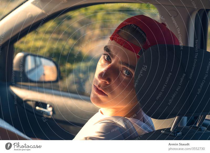 Porträt eines jungen Mannes, der in einem Auto sitzt Baseballmütze schön Junge PKW lässig Kaukasier selbstbewusst fahren Reise Lifestyle Blick männlich Model